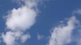 Białe puszyste chmury w szerokim niebieskim niebie zdjęcie wideo