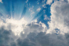 Białe puszyste chmury z słońce promieni tłem Horyzontalna rama Zdjęcie Stock