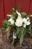 Białe róże i lilly poślubiać bukiet kwiaty fotografia stock