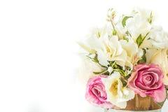 Białe róże i purpurowe róże sztuczne na białym tle zdjęcia royalty free