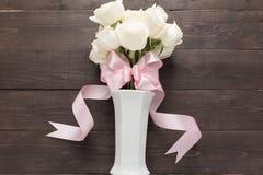 Białe róże kwitną z faborkiem są w wazie Zdjęcie Royalty Free