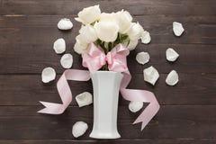 Białe róże kwitną z faborkiem są w wazie Zdjęcia Stock