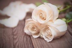 Białe róże na ciemnym drewnianym tle Kobieta dzień, walentynka Zdjęcia Stock