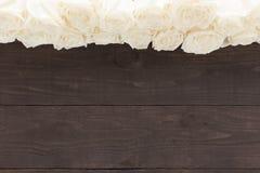 Białe róże są na drewnianym tle Fotografia Royalty Free