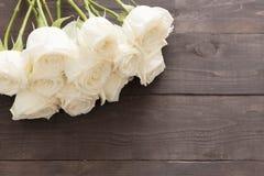 Białe róże są na drewnianym tle Fotografia Stock