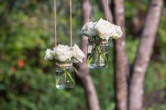 Białe róże w szklanej wazie Fotografia Royalty Free