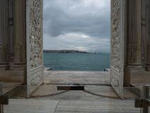 Białe rozpieczętowane bramy z pięknym scenicznym widokiem przy Złotą róg zatoką i Bosphorus zdjęcie stock