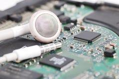 Białe słuchawki na elektrycznym obwodzie rozsądna karta Zdjęcia Stock