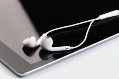 Białe słuchawki na pastylce zdjęcie stock