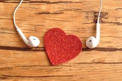 Białe słuchawki z czerwonym sercem fotografia stock