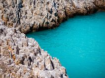 Białe skaliste krawędzie i zadziwiająca błękitna woda morska obrazy stock