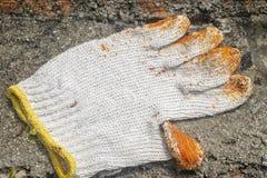 Białe sukienne rękawiczki umieszczać na betonie obraz royalty free