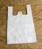 Białe torby z rękojeścią na brown projekcie tapetują. Obrazy Royalty Free