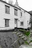 Białe Wakacyjne chałupy w Historycznym połowu schronieniu Polperro, Cornwall, UK fotografia royalty free