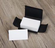 Białe wizytówki w szarości pudełku Obrazy Stock