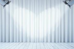 Białe zasłony z dwa światłami reflektorów Obrazy Royalty Free