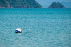 Białego Buoyancy Balowy Unosić się w morzu obraz royalty free