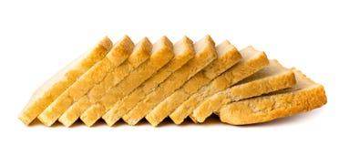 Białego chleba cięcie w kawałki na bielu, zakończenie Obrazy Royalty Free