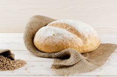 Białego chleba lying on the beach na grabić fotografia stock