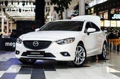 Białego Mazda 6 sedanu rodzinny samochód zdjęcie royalty free