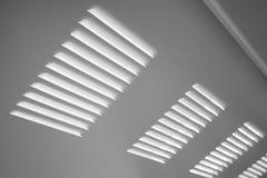 Białego metalu przemysłowa ściana z wentylaci grille Zdjęcia Royalty Free