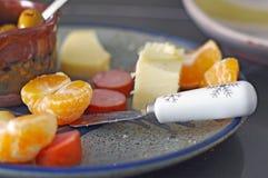 Białego płatka śniegu serowy nóż na sezonowym półmisku zdjęcie stock