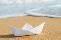 Białego papieru łódź na plaży Obraz Stock