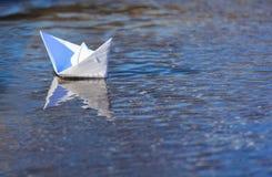 Białego papieru Łódkowaty żeglowanie Zdjęcie Royalty Free