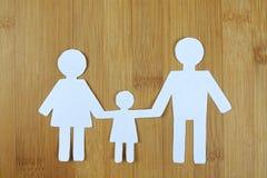 Białego papieru cięcie miłości rodzina na drewnianym Obrazy Royalty Free