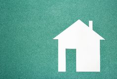 Białego papieru dom na seledynu tle tła pojęcia domu dom odizolowywający nad biel Papierowy modela dom na textured zielonym tle Obrazy Royalty Free