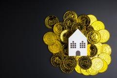 Białego papieru domu zabawka na Cryptocurrency bitcoins złotej monecie dalej Zdjęcia Stock