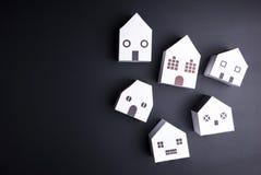 Białego papieru domu zabawka na czarnym tle z kopii przestrzenią Real e Obrazy Stock