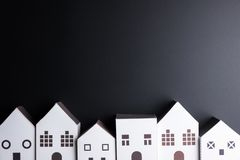 Białego papieru domu zabawka na czarnym tle z kopii przestrzenią Real e Zdjęcia Royalty Free