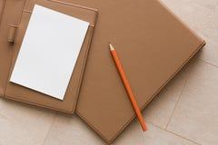 Białego papieru i pomarańcze ołówek fotografia royalty free