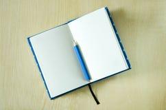Białego papieru notatnik i błękitny ołówek Zdjęcia Stock