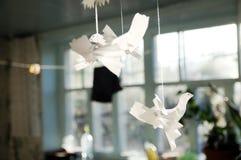 Białego papieru ptaki na włóknie w domu Obrazy Stock
