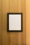 Białego pustego miejsca fotografii pusta brown rama na drewnianej ścianie Tło, tapeta zdjęcia royalty free