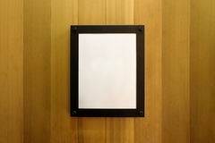 Białego pustego miejsca fotografii pusta brown rama na drewnianej ścianie Tło, tapeta fotografia royalty free