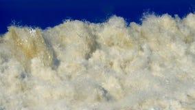 Białego strumienia Wodny Spada puszek Pęka na błękitnym tle tło ekologii środowiskowych więcej zdjęcia mojego portfolio zbiory