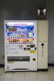 Białego vending automatyczna maszyna dla ludzi kupuje miękkiego napój przy okrętem podwodnym Zdjęcia Royalty Free