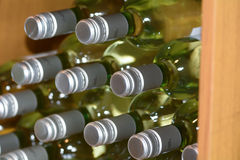 Białego wina butelki dla sprzedaży w wino sklepie Fotografia Stock