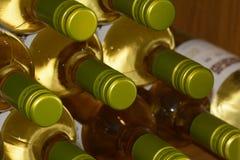 Białego wina butelki dla sprzedaży w wino sklepie Zdjęcia Royalty Free