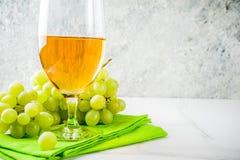 Białego wina szkło z winogronami Zdjęcie Royalty Free