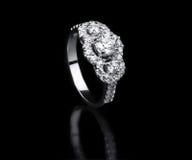 Białego złota diamentowego pierścionku trwanie pozycja Zdjęcie Stock