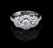 Białego złota diamentowy pierścionek na czarnym tle Zdjęcie Stock