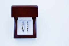 Białego złota obrączki ślubne w drewnianym pudełku Obraz Stock