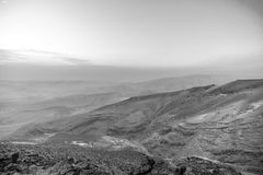 Białej i czarnej magii ranku wschód słońca i piękny światło słoneczne nad judean pustynia negew w Izrael Zdjęcia Stock