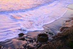 Białej kipieli zmierzchu chlupotliwy piasek przy zmierzch plażą Obrazy Royalty Free