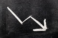 Białej kolor ręki rysunkowa kreda w strzała puszka kształcie na czarnym knurze obraz stock