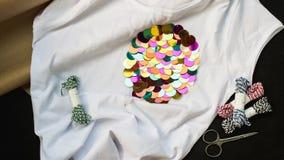 Białej koszulki barwioni cekiny fotografia stock
